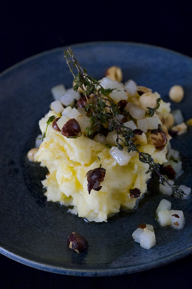 Kohlrabi-Kartoffelstampf mit gerösteten Haselnüssen und Thymian